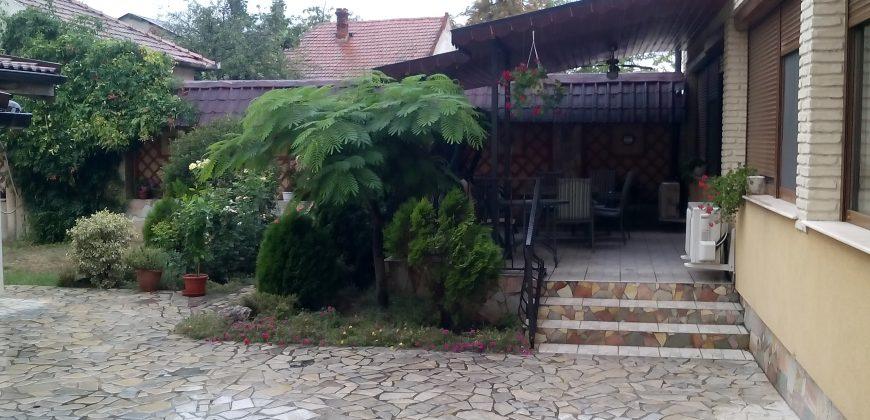 Vindem sau inchiriem casa situat central cu teren aferent str.Octavian Goga